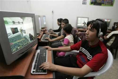 2009年,在巴格达的网吧中,一名少年在玩CS