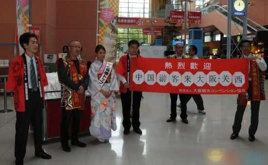 节假日日本观景点对中国游客'夹'道欢迎