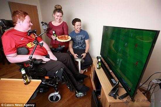 FIFA游戏迷全身瘫痪 好友帮制作用嘴玩的PS3手柄